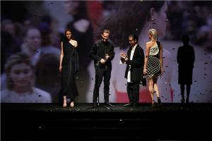 DION LEE ACCEPTING AWARD