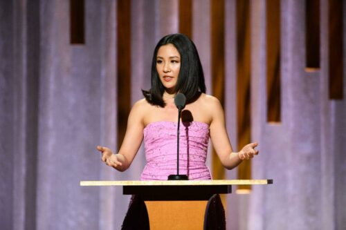 Constance_Wu_presents_the_Oscar®_to_Jean_Hersholt_Humanitarian_Award_recipient_Geena_Davis