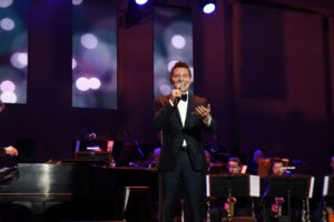 Michael Feinstein performing12